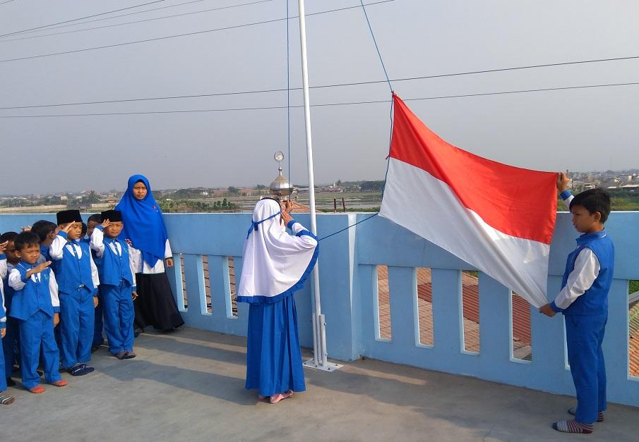 Membentuk Karakter Siswa Melalui Upacara Bendera
