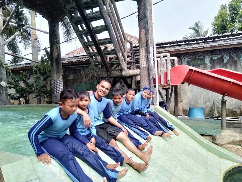 Keseruan Renang Bersama Anak Yatim SDIT Wirausaha Indonesia