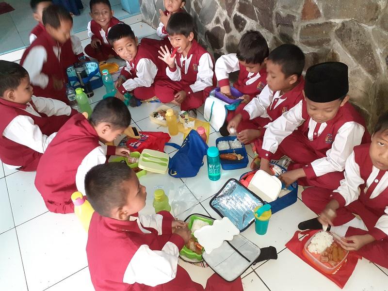 Makan Siang Berkah Siswa SDIT Wirausaha Indonesia