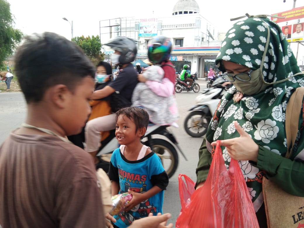 SWI Islamic School Sebar 200 Takjil di Jalanan